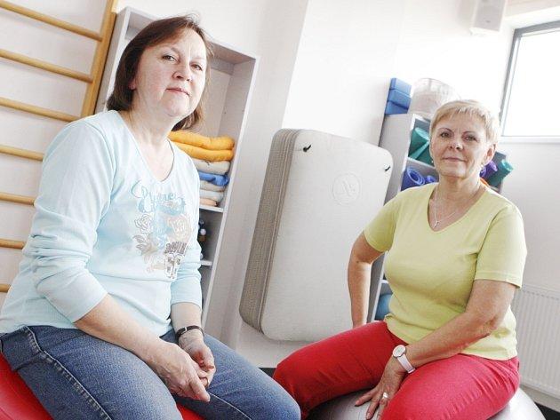 Dagmar Haštová (vlevo) a Alena Vránová si záda napravují ve Vektor Wellness clubu.