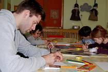 Děti v nemocnici teď malují s pardubickými baskeťáky. Zkusil to i Kamil Švrdlík