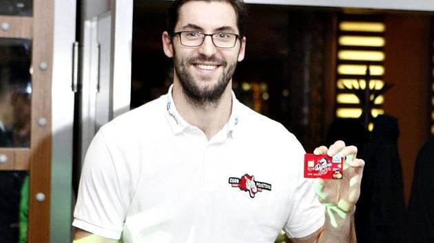 Prvním držitelem Dynamo karty se stal kapitán týmu HC ČSOB Pojišťovna Pardubice Petr Čáslava. Pardubický klub je první v republice, kdo podobnou službu nabízí.