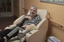 Táta tří dětí Petr Makovec z Pardubic prodělal mrtvici, teď se učí znovu jíst i mluvit.