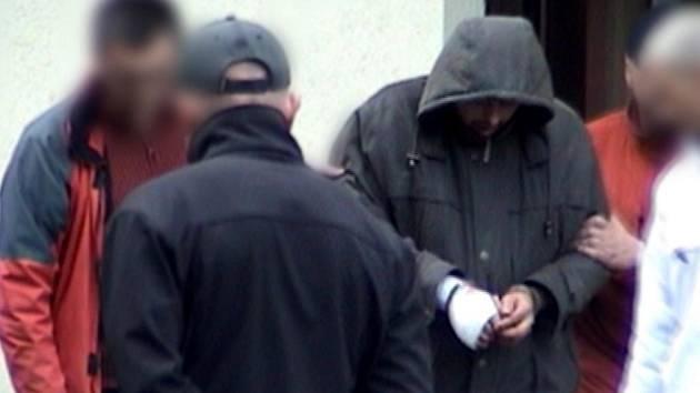Dopadený vrah při rekonstukci na místě činu