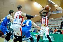 Basketbalové utkání Kooperativa NBL mezi BK JIP Pardubice (v bíločerném) a USK Praha v pardubické hale na Dašické.