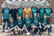 S bráchou v jednom týmu. Dašický fotbalista Jaroslav Hora (první vlevo dole) hraje se svým sourozencem Miloslavem (druhý zprava nahoře) na zeleném trávníku i pod střechou.