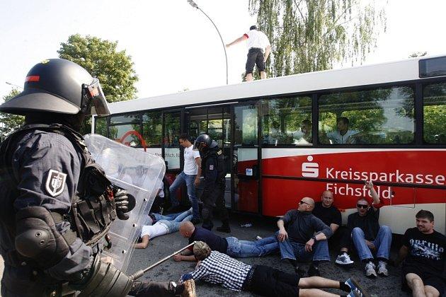Pořádková jednotka Policie České republiky Pardubikcého kraje si pro diváky připravila velice akční ukázku zadržení agresivních fanoušků vautobuse.