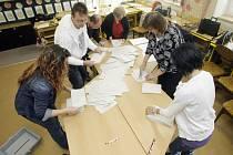 Začalo sčítání volebních lístků