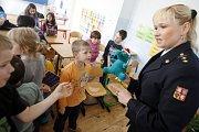 Hasiči ve škole. Přednáška pro žáky záky základní školy v Rybitví, která sousedí se semtínskou chemičkou klade velký důraz na ochranu zdraví při průmyslové havárii.