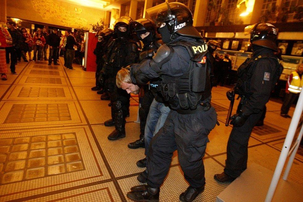 Drobná rvačka se strhla také v nádražní hale. Dva fanoušci se do sebe pustili pěstmi.