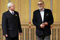 Populární Jiří Bartoška (na snímku vpravo s členem Východočeského divadla Zdeňkem Rumpíkem) se vrátil na jeviště, kde před 60 lety začínal svou hereckou kariéru.