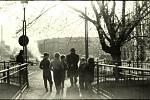 """LÁVKA PŘES CHRUDIMKU: pohled směrem ke Karlovině. Na snímku z roku 1954 vidíme různě roztroušené """"komediantské"""" vozy. Na loukách Olšinek bývalo stanoviště cirkusů a poutí."""