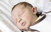 JONATÁN URBAN se narodil 26. června ve 21 hodin a 40 minut. Měřil 50 centimetrů a vážil 4100 gramů. Maminku Petru podpořil u porodu tatínek Dušan. Bydlí v Lázních Bohdaneč a doma na ně čeká čtyřletý Kajetán a dvouletá Žofie.