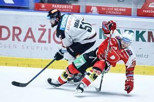 Hokejové utkání Tipsport extraligy v ledním hokeji mezi HC Dynamo Pardubice (v červenobílém) a HC Sparta Praha (ve žlutomodrém) pardudubické enterie areně.