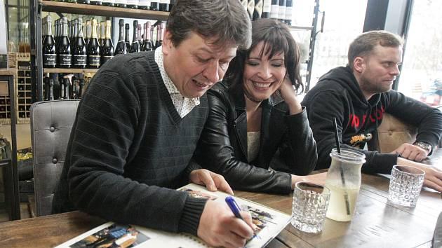 Na podzim se v Pardubicích natáčela romantická komedie Karla Janáka LOVEní, která se chystá do českých kin. Speciální předpremiéru filmu uvedli tvůrci právě v Galerie Café v Pardubicích.