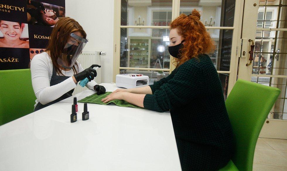 Znovu otevřené salony po koranovirové karanténě, manikérky ovšem musí dodržovat přísná hygienická nařízení.