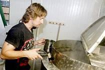 UVAŘIT KVALITNÍ PIVO, to je práce na měsíc a půl. V novém minipivovaru Mordýř v Dolních Ředicích uvaří týdně zhruba tisíc litrů českého národního moku.