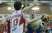 7. čtvrtfinále Kooperativy NBL mezi BK JIP Pardubice (v červenobílém) a SLUNETA Ústí nad Labem (ve žlutém) v pardubické hale na Dašické.