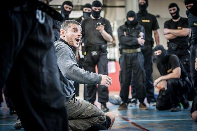 Krajsou pořádkovou jednotku policie Pardubického kraje si vzali do parády trenéři bojového umění Krav Maga. Tentokrát pod vedením instruktora Israele Cohena.