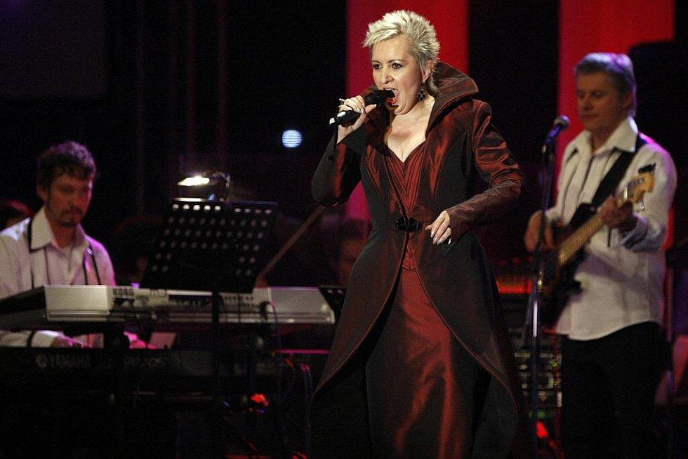 Pětatřicetinásobný Slavík Karel Gott společně s operní divou Evou Urbanovou zahájili včera večer v pardubické ČEZ Areně své společné turné.
