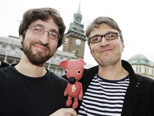 Výtvarník Jakub Dvorský (vlevo) Kuky a Jan Svěrák v Pardubicích