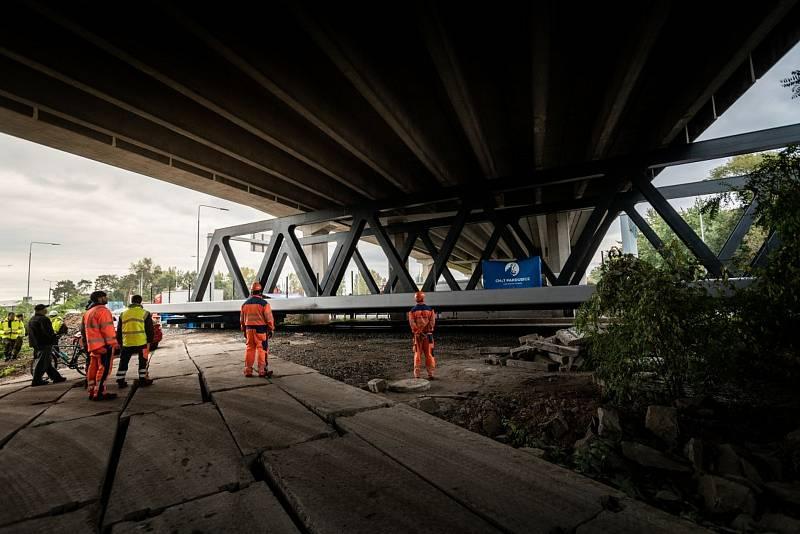 Železniční most putoval z letiště po kolejích.