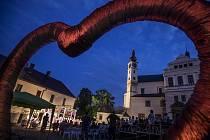 Festival Pernštejn(l)ove na nádvoří pardubického zámku.