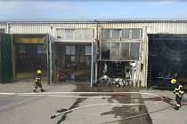Požár průmyslové haly v Černé za Bory