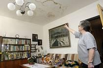 Rekonstrukce domu na Dukle je majitelce bytu noční můrou