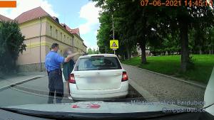 Žana uháněla s obědem v pánvičce na střeše auta