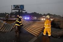 Vítr utrhl plechovou střechu skladu v Rosicích nad Labem a odnesl ji přes na silnici I/37. Plechy museli hasiči rozřezat a odstranit ze čtyř pruhů vozovky.