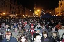 Česko zpívalo koledy. V Pardubicích se lidé sešli na Pernštýnském náměstí.í