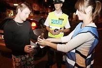 Za negativní dechovou zkoušku dostali řidiči odměnu - nealkoholické pivo.