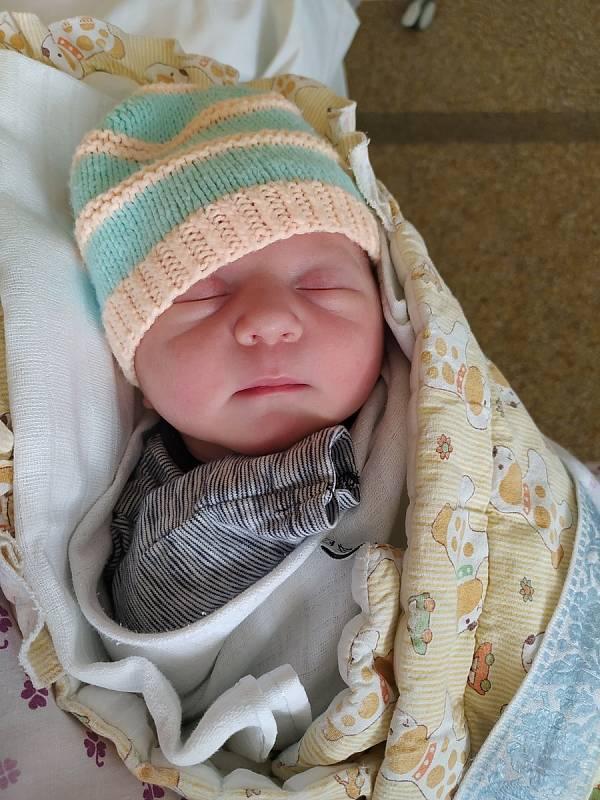 Vojtěch Vychodil se narodil 27. 9. 2021 v 4:08 v Boskovicích. Šťastné rodiče potěšil porodními mírami 3230 g a 48 cm. Doma v Útěchově se na brášku těšila sestřička Nelinka. Foto: rodina