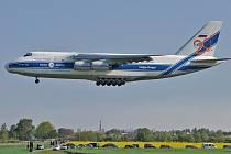 AN-124 Ruslan sedá na pardubické letiště