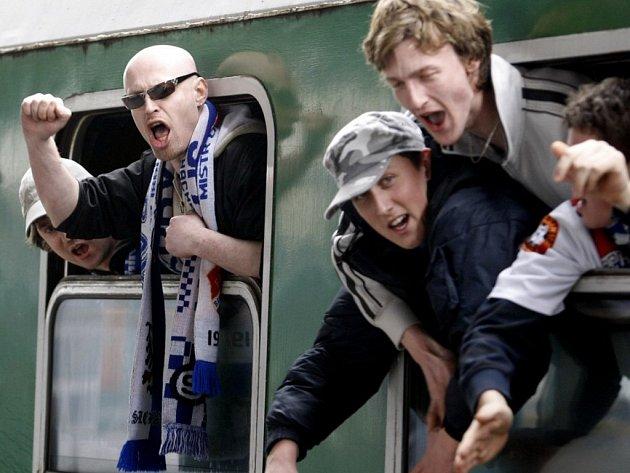 Baníkovský vlak hrůzy projel Pardubicemi. Obyčejní cestující houfně vystupovali - soupravu jeden z nich nazval pojízdným zvěřincem