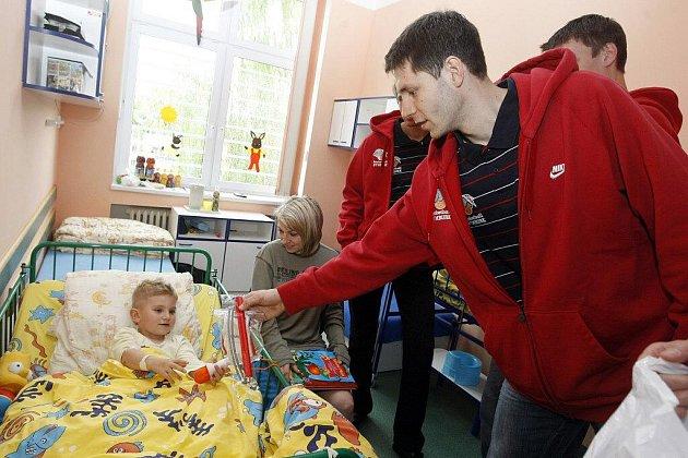 SYMPATICKÉ GESTO. Nymburský basketbalový klub spolupracuje s pardubickou nemocnicí. Tentokrát jeho zástupci pořídili dětskému oddělení vyšetřovací lehátko v hodnotě 15 000 Kč.