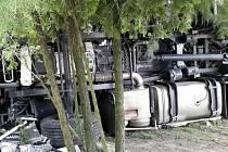 Převrácený kamion v Bukovce zablokoval příjezd na dálnici D11.