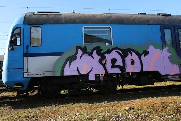 Škoda na posprejovaném vlaku byla vyčíslena na 20 000 korun.