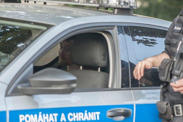 Pachatel loupežného přepadení vPardubicích zranil ženu vkrejčovství. Policisté jej na útěku zmísta činu zadrželi.