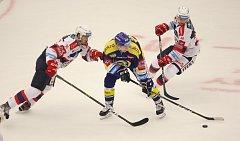 Zlínští hokejisté (v modrém) v rámci 2. kola extraligy v neděli dopoledne vyzvali Pardubice.