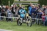 Freestyle motokrosař Filip Podmol přeskakoval slavnou překážku na dostihovém závodišti v Pardubicích. V rámci akce Barth Day předvedl divákům řadu svých triků.
