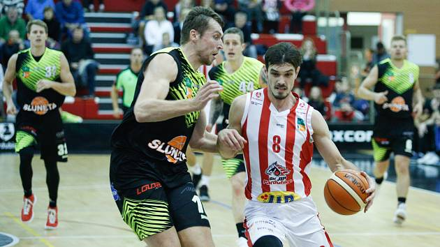 Basketbalové utkání Kooperativy NBL mezi BK JIP Pardubice (v červenobílém) a SLUNETA Ústí nad Labem (v černozeleném) v pardubické hale na Dašické.