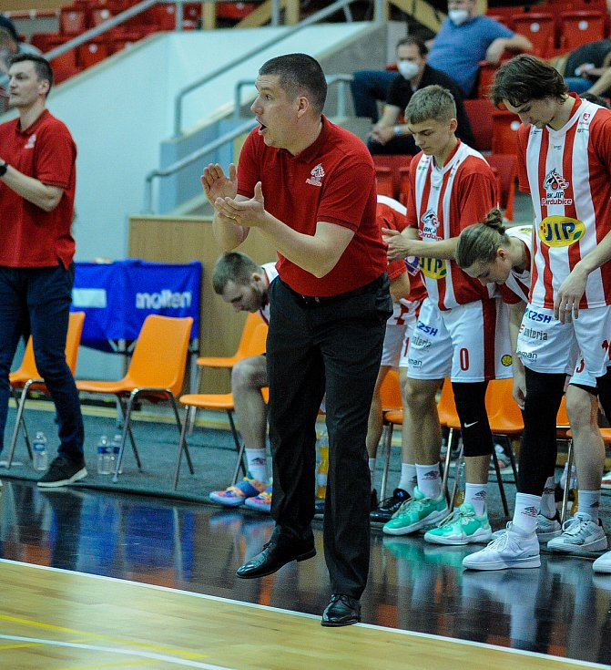 Basketbalové utkání play off Kooperativy NBL mezi BK JIP Pardubice (v bíločerném) a BC Geosan Kolín (v modrém) v pardubické hale na Dašické.