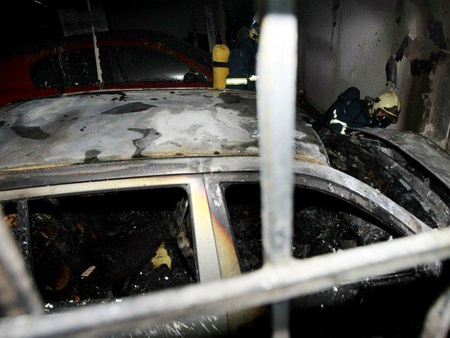 V podzemní garáži na Dukle shořel osobní vůz, škoda pravděpodobně přesáhne milion korun