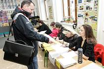 Druhé kolo prezidenských voleb na ZŠ Bratranců Veverkových v Pardubicích