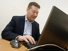 Tomio Okamura odpovídal on-line na dotazy čtenářů v redakci Pardubického deníku