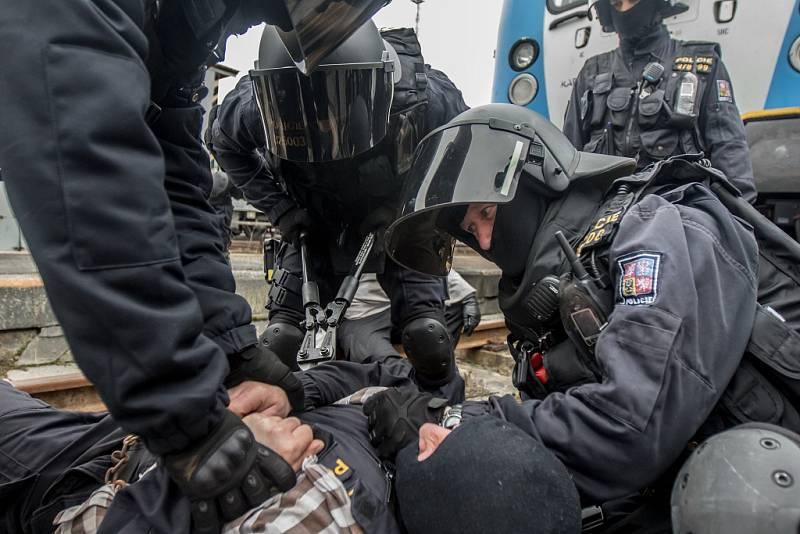 Policisté pořádkové jednotky Pardubického kraje a pardubické městské policie trénovali postup proti výtržníkům ve vlaku i na kolejích.