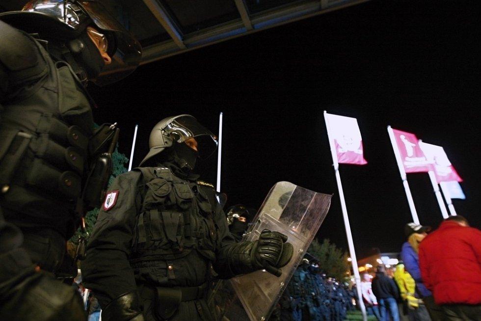 Pozornost policie si vysloužili i pardubičtí. Těžkooděnci proto o přestávkách drželi obě skupiny od sebe.