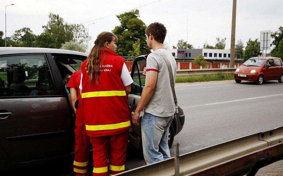 Záchranáři na místě nehody ošetřili pouze ženu, která se udeřila do hlavy při nárazu