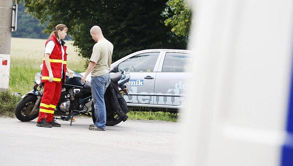 Motorkář střet ustál bez zranění, ochránila ho speciální bunda