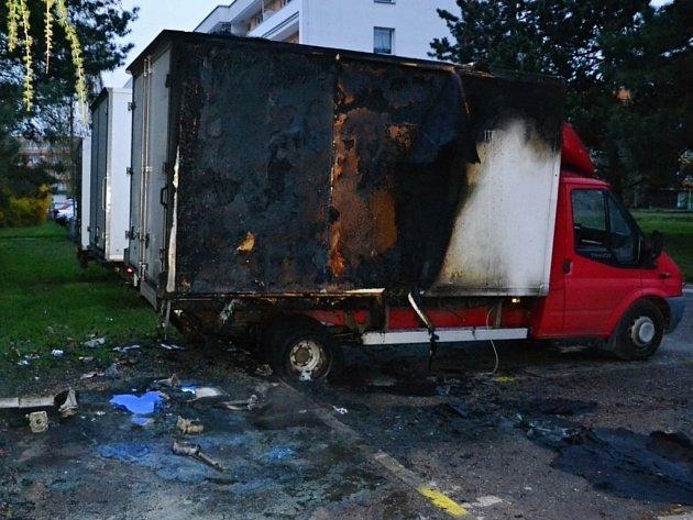Tentokrát s kontejnerem shořelo už i zaparkované vozidlo.