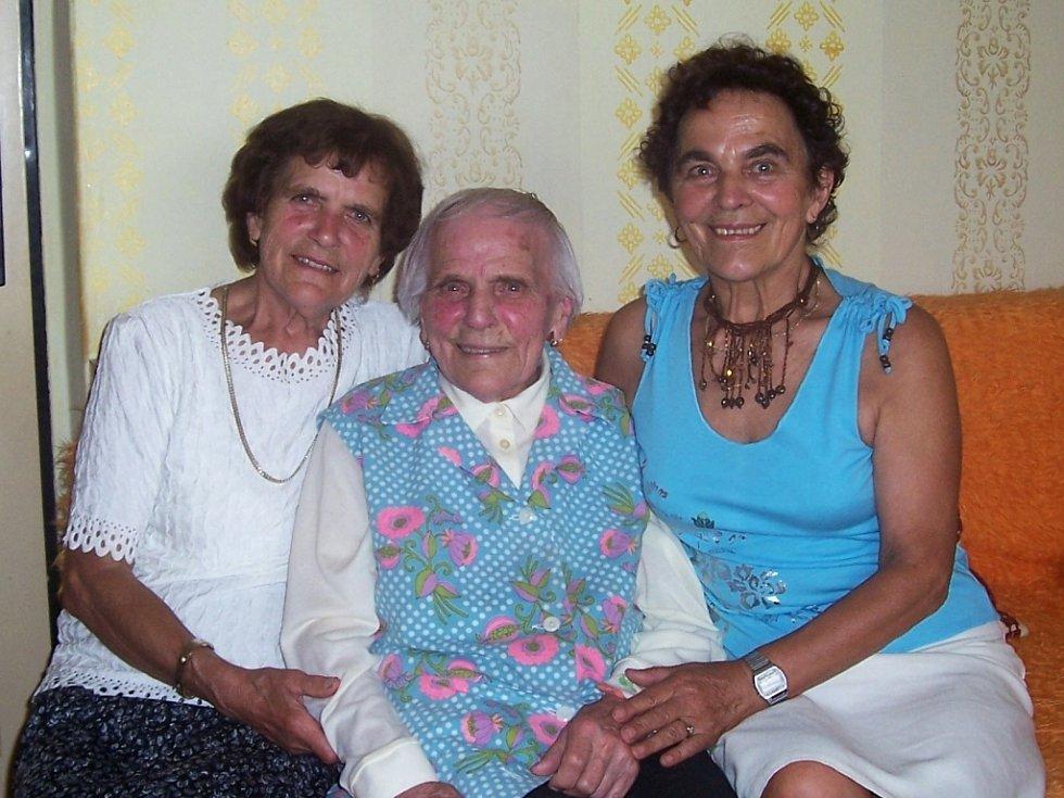 Stoletá jubilantka Marie Jirešová (uprostřed) s dcerami Miloslavou (vpravo) a Marií.